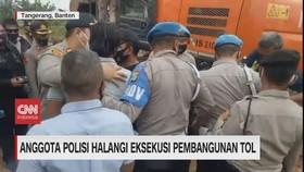 VIDEO: Anggota Polisi Halangi Eksekusi Pembangunan Tol