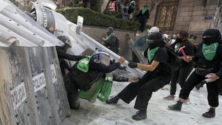 FOTO: Bentrok Wanita Meksiko-Polisi Tuntut Aborsi Legal