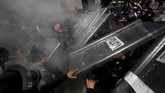 atusan perempuan pro-aborsi bentrok dengan polisi saat menggelar demo di Mexico City setelah para pedemo menggunakan palu untuk mendobrak pintu dan jendela.