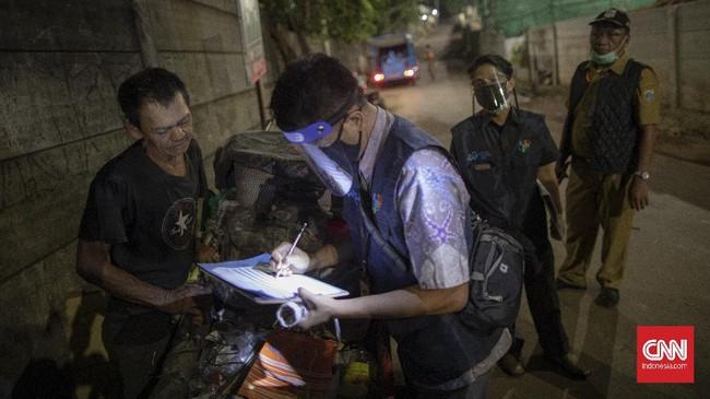 BPS melakukan sensus penduduk tengah malam untuk mendata para tunawisma di sekitar pasar, terminal hingga pelabuhan.