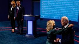 Usai Debat Biden Dipeluk Istri, Trump Tepuk Pundak Melania