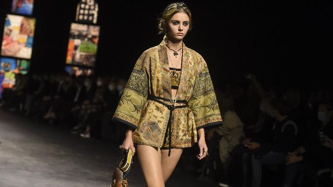 Dalam show terbarunya, rumah mode Dior memakai kain endek Bali sebagai bagian dari koleksi Spring/Summer 2021 di Paris Fashion Week.