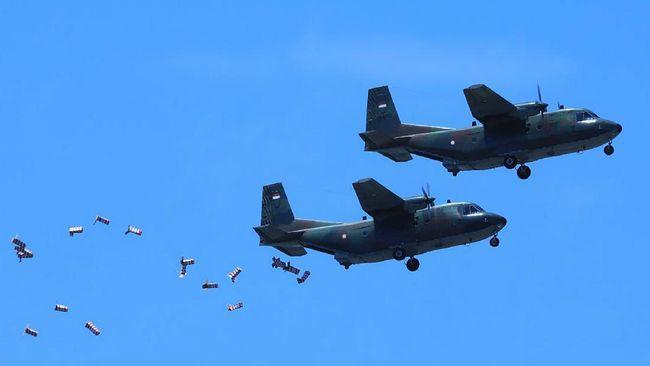 TNI AU mengangkut sekitar delapan tabung dengan total garam seberat 2,4 ton dan ditaburkan di atas ketinggian 10.000 hingga 12.000 kaki.