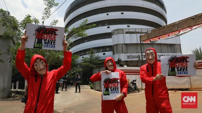 Sejumlah pemegang polis atau nasabah asuransi WanaArtha melakukan aksi damai di depan Kantor Jampidsus Kejagung RI, Jakarta, Kamis, (1/10).