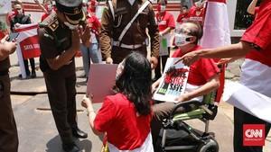 FOTO: Aksi Damai Pemegang Polis WanaArtha di Kejagung