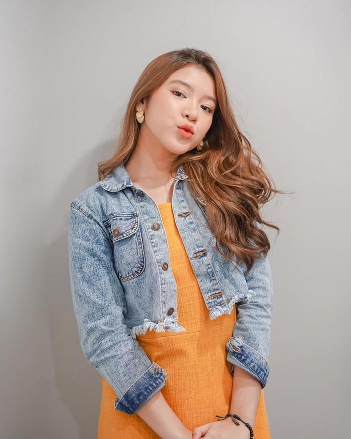 Wanita cantik Jebolan Indonesian Idol ini memadukan crop denimjacketdengan outfit berwarna oranye yang cerah. Fashion ala remaja ini bisa memberikan kesan yang fresh bagi para pemakainya lho. Nuansa yang simpel tapi terlihat modis pun membuat OOTD makin memesona. (Foto: www.instagram.com/tiaraandini/)