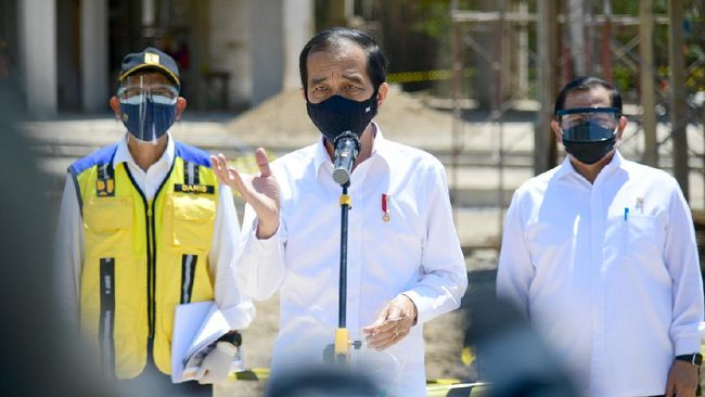 Presiden Jokowi menyebut pemerintah cari titik seimbang agar tak korbankan ekonomi yang bisa rugikan puluhan warga RI.