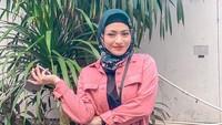 <p>Sejak menjadi mualaf, Nathalie Holscher terlihat sudah mengenakan jilbab, Bunda. (Foto: Instagram @nathalieholscher)</p>