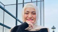 <p>Calon istri Sule ini terlihat cocok mengenakan jilbab jenis pashmina. (Foto: Instagram @nathalieholscher)</p>