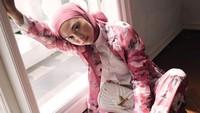 Bunda berhijab wajib melihat gaya busana Indah Nada Puspita ketika sedang mencari inspirasi fashion ibu menyusui. Lihat perpaduan flower suit yang eksentrik sekaligus klasik. (Instagram @indahnadapuspita)