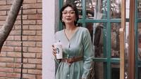 Buat Bunda yang suka bergaya vintage, tengok penampilan Claradevi. Opsi dress polos berkancing besar memberikan tampilan siluet vintage yang tentu bisa menjadi inspirasi fashion ibu menyusui ke kantor.(Instagram @lucedaleco)