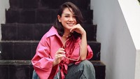 Lihat gaya Andien Aisyah yang mengenakan kemeja crop top warna shocking pink. Padukan sesekali dengan celana jeans palazzo yang atraktif. Super stylish dan epik, Bunda. (Instagram @andienaisyah)