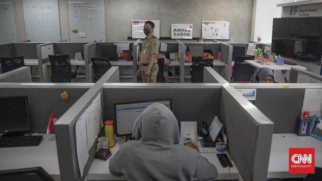 Pemprov DKI Jakarta memutuskan persentase karyawan bekerja di kantor tetap 50 persen usai berkoordinasi dengan Satgas Covid-19 dan pemerintah pusat.