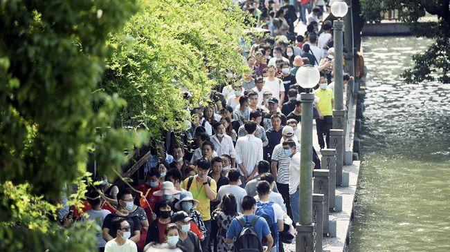 Sekitar 10 juta penduduk China diperkirakan bakal bertumpuk di kereta dalam masa liburan panjang nasional di Negara Panda pada tahun ini.