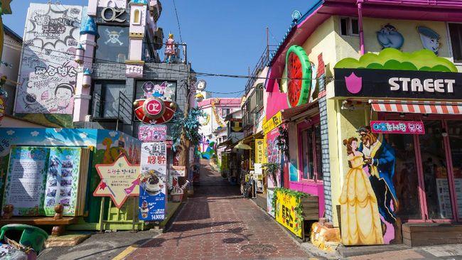 Di Negara Ginseng, pecinta manhwa bisa mendatangi Songwol-dong, yang dikenal sebagai Desa Dongeng atau Zaemiro, jalanan berisi sejarah dan pernak-pernik komik.