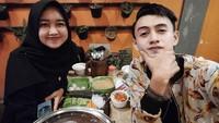 <p>Momen almarhum Fadhli quality time bersama sang istri di akhir Agustus kemarin. Keduanya tampak bahagia ya, Bunda. (Foto: Instagram @fadhliborneo_kdi)</p>