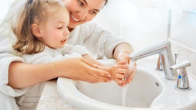 Terdapat sejumlah manfaat dari kebiasaan mencuci tangan dengan air mengalir dan sabun, salah satunya mencegah tertular dari virus corona.