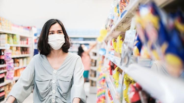 Ilustrasi jaga jarak dan pakai masker