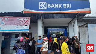 Kerumunan Penerima BLT di Bank Dibubarkan Polisi