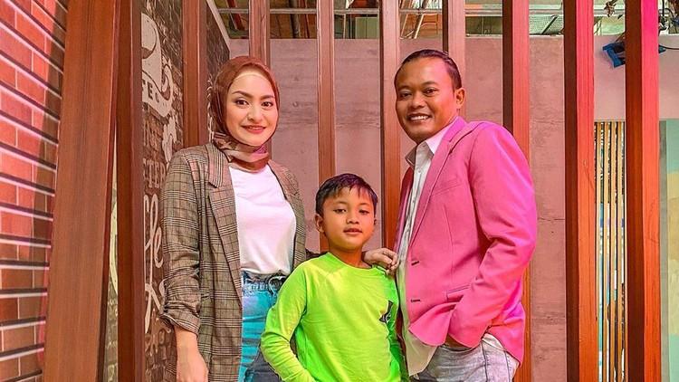 Nathalie Holscher bersama Sule dan anak bungsunya.