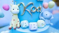 <p>Bukan hanya dekorasinya saja, kue ulang tahun Baby Koa juga enggak kalah lucu ya, Bunda. (Foto: Instagram @stefannwilliam)</p>