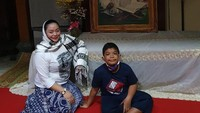 <p>Si sulung Saka tampak menemani sang ibu saat acara pengajian mendiang Didi Kempot beberapa waktu lalu. (Foto: Instagram @saka_praja__dk)</p>