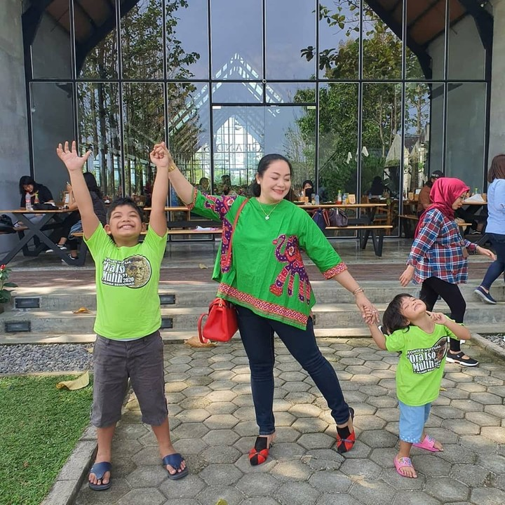Yan Vellia dan dua anaknya