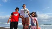 <p>Di waktu senggangnya, Yan Vellia sering menghabiskan waktu bersama dua anaknya. (Foto: Instagram @yanvellia_didikempotmanagement)</p>