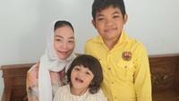 <p>Saka dan Seika menjadi penyemangat hidup Yan Vellia usai ditinggal sang suami untuk selamanya. (Foto: Instagram @saka_praja__dk)</p>