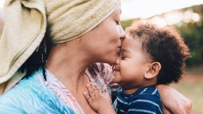 Rasa aman dan nyaman dari pelukan orang tua membuat seorang anak jadi pribadi yang lebih tangguh dalam menghadapi perundungan.
