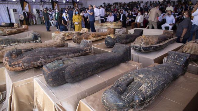 Tim arkeolog mulai mengungkapkan tipe mumi Mesir di dalam 59 peti mati kayu kuno berusia 2.500 tahun yang baru ditemukan.