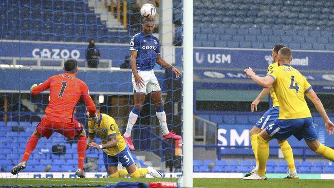 Striker Everton Dominic Calvert-Lewin tampil tokcer dan berhasil memimpin daftar top skor sementara Liga Inggris.
