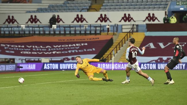 Adrian San Miguel del Castillo, kiper kedua Liverpool, memiliki catatan kebobolan yang cukup tinggi ketika bertemu Everton.