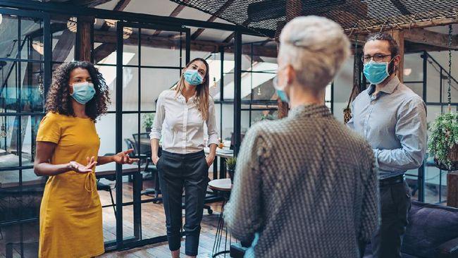 Alat untuk membuat setiap karyawan menjaga jarak selama pandemi Covid-19 itu menggunakan sensor dan dipasang di plafon ruang kerja.