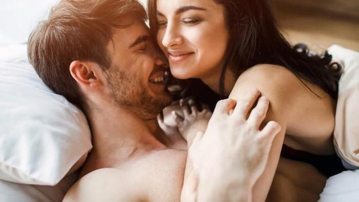 4 Posisi Bercinta yang Cocok Ketika Sedang Lelah