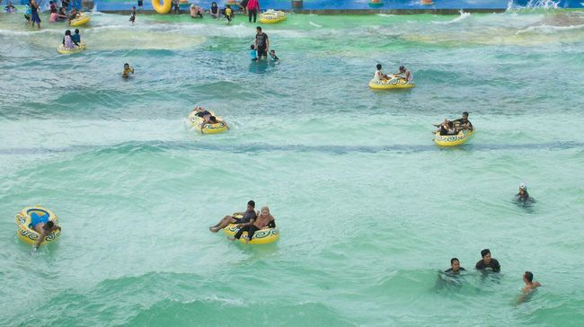 Pengelola waterpark kini boleh membuka tempatnya dengan kapasitas pengunjung 25 persen, dari sebelumnya hanya 10 persen.