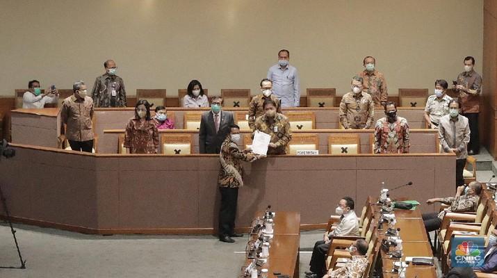 Suasana Rapat Paripurna DPR RI Senin (5 Oktober 2020). Rapat Paripurna mengesahkan Rancangan Undang-Undang (RUU) Cipta Kerja (Omnibus Law Ciptaker) menjadi Undang-undang resmi. (CNBC Indoensia/Muhammad Sabki)
