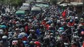 Protes buruh di berbagai wilayah pecah setelah pemerintah bersama DPR mengesahkan Omnibus Law Cipta Kerja. Buruh pun mengancam menggelar mogok nasional.