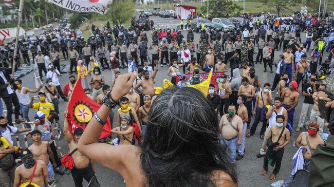 Jutaan buruh yang tersebar di ribuan pabrik mengancam melakukan aksi mogok nasional selama tiga hari untuk menolak pemberlakuan Omnibus Law Cipta Kerja.
