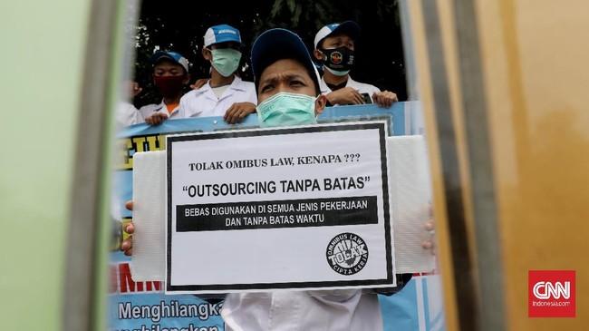 Massa buruh di sejumlah wilayah Indonesia mogok kerja serentak hari ini sebagai reaksi penolakan Omnibus Law Ciptaker yang telah disahkan DPR.