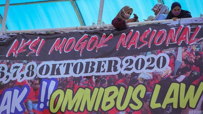 Alih-alih ikut aksi mogok nasional, elemen buruh di Solo memilih menguji materi RUU Omnibus Law Ciptaker ke MK dan beraudiensi dengan Pemkot.