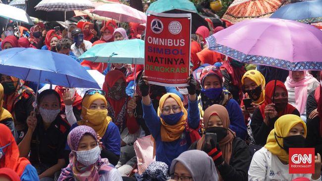 Ribuan buruh berunjuk rasa di Balai Kota Bandung sambil membawa payung sebagai simbol perlawanan terhadap kezaliman regulasi Omnibus Law Cipta Kerja.
