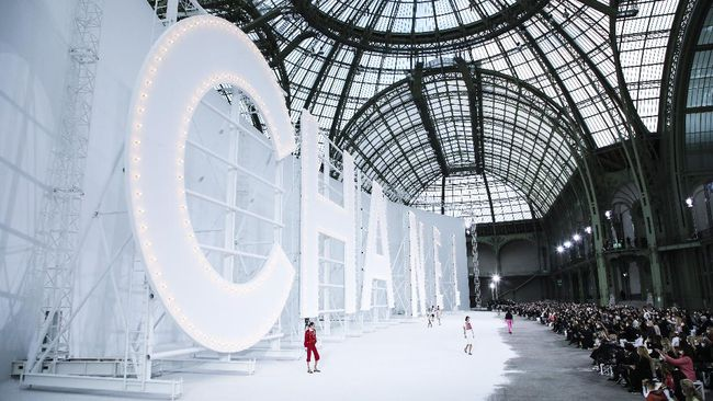 Rumah mode asal Prancis, Chanel, bakal menggelar peragaan busana fisik dalam rangka Paris Fashion Week pada Juli mendatang.