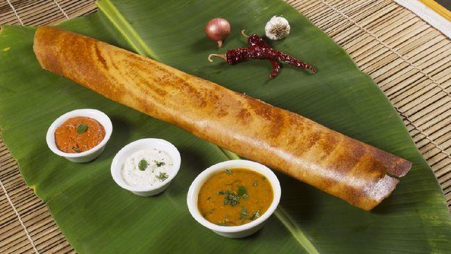 Sebagian besar orang India yang setiap pagi masih membuat dosa di rumahnya. Dosa adalah sejenis pancake tipis yang dilipat.
