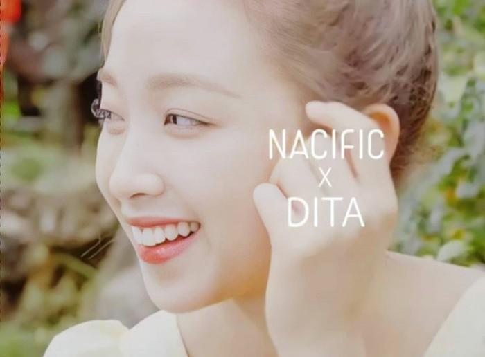 Menjadi model brand kenamaan Korea, terntu Dita mampu bersanding dengan idol Kpop lainnya. Misalnya Chanyeol EXO yang lebih dulu menjadi model untuk Nacific. Sukses terus ya, Dita! (Sumber:instagram.com/ditakarang.site/)