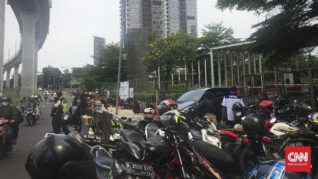 Massa dari sejumlah elemen buruh mendatangi kantor perusahaan sekuriti PT G4S untuk memprotes soal pemutusan hubungan kerja.
