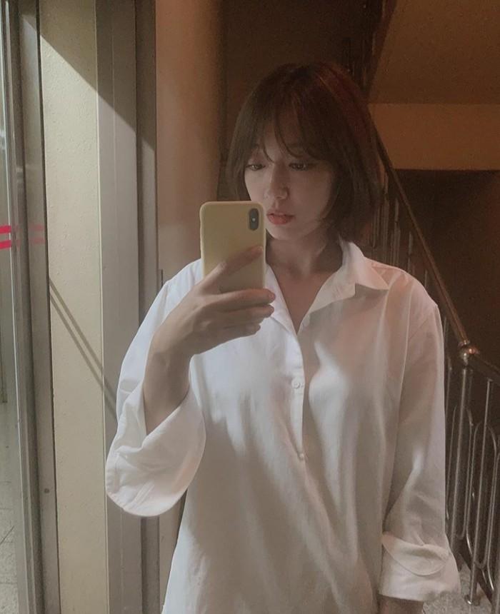 Para penggemar dibuat kaget oleh gaya rambut terbaru Park Shin Hye. Aktris kelahiran 1990 ini mengejutkan penggemar dengan gaya rambutnya yang pendek melalui selfie mirror di akun Instagram pribadinya. (Foto:instagram.com/ssinz7/)