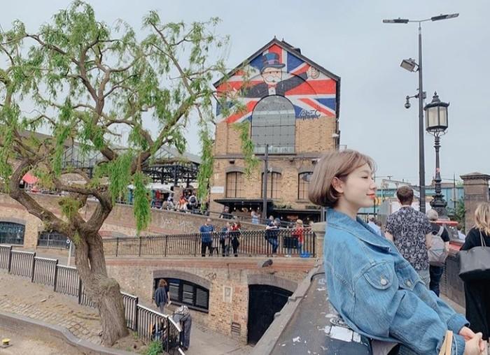Pada unggahan selanjutnya Park Shin Hye tampak sedang menikmati momen liburannya. Menggunakan outfit denim on denim, aktris cantik ini kembali memamerkan rambut pendeknya kepada penggemar setianya. (Foto:instagram.com/ssinz7/)