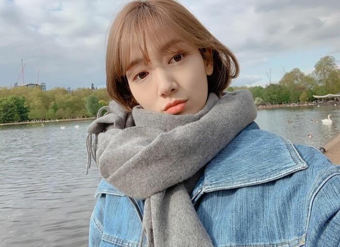 Alih-alih memarken momen liburannya, para penggemar justru lebih tertarik mengomentari gaya rambut dan poni dari Park Shin Hye yang membuat penggemar gemas. Ditambah warna lip tint oranye di bibirnya menjadikannya lebih fresh! (Foto:instagram.com/ssinz7)