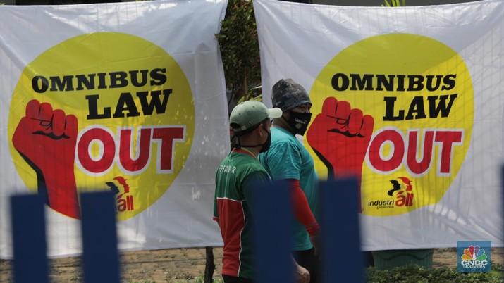 Foto: Serikat pekerja berkeliling di Kawasan Industri Pulo gadung, Selasa (6/10). Massa buruh yang ikut mogok nasional menyerukan penolakan UU Cipta Kerja Omnibus Law yang sudah di sahkan kemarin. (CNBC Indonesia/Muhammad Sabki)